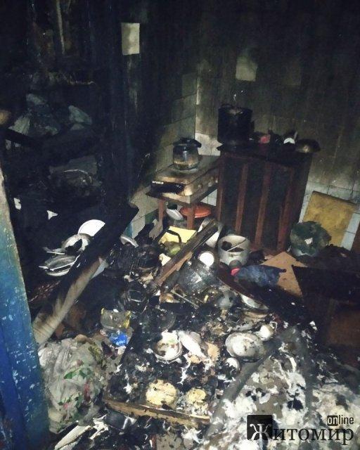 У селищі Житомирської області рятувальники вивели з палаючого будинку чоловіка, який частково знаходився в погребі. ФОТО