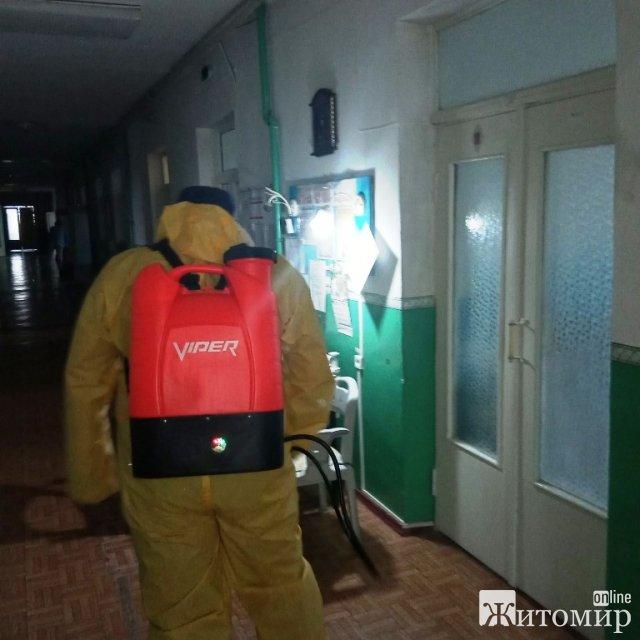У Житомирській спецшколі-інтернаті, де захворіли на Covid-19 три працівники, провели дезінфекцію. ФОТО