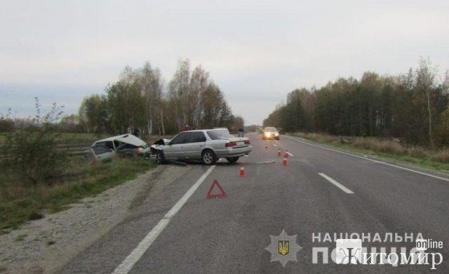 На дорозі в Житомирській області після зіткнення Honda та ЗАЗ до лікарні потрапили троє людей. ФОТО