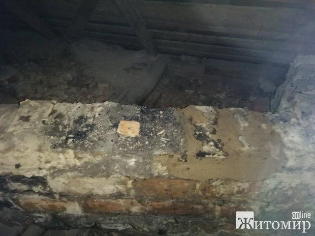 На Житомирщині горів будинок: господар відпочивав у кімнаті. ФОТО