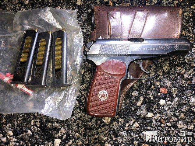 Житомирські прикордонники у Чорнобильській зоні затримали двох чоловіків та жінку з металошукачами й пістолетом. ФОТО