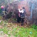 У Коростені рятувальники вивільнили жінку, яка застрягла на паркані. ФОТО