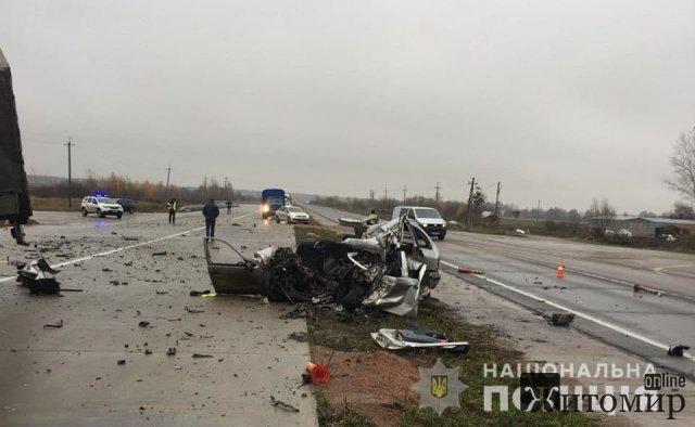 Неподалік Житомира вантажівка зіштовхнулась з Skoda, троє загиблих. ФОТО