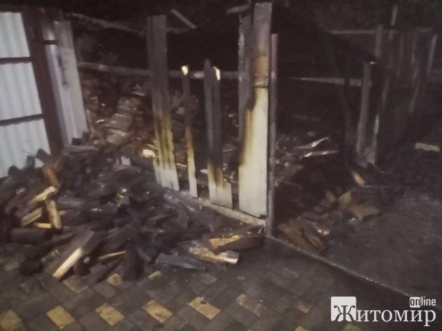 У Житомирському районі через попіл з груби загорілась господарча будівля. ФОТО