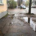 """Житомирян обурюють """"вбиті"""" тротуари на Покровській вулиці. ФОТО"""