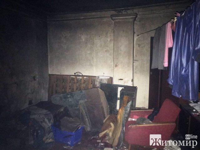 У Житомирі біля вікна в цегляному будинку рятувальники знайшли тіло жінки. ФОТО