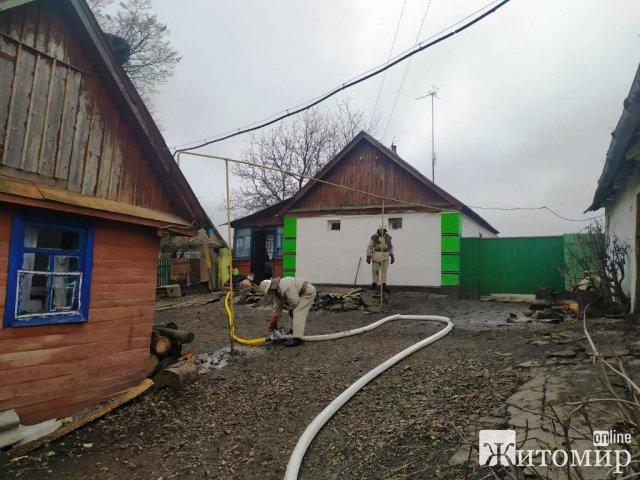 У селі на Житомирщини жінка винесла з палаючого будинку загиблу 28-річну дівчину. ФОТО