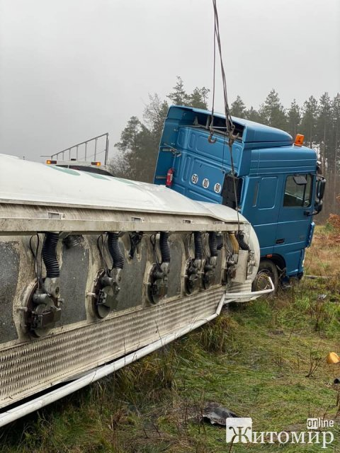 У Житомирі перекинулась вантажівка, що перевозила пальне. ФОТО