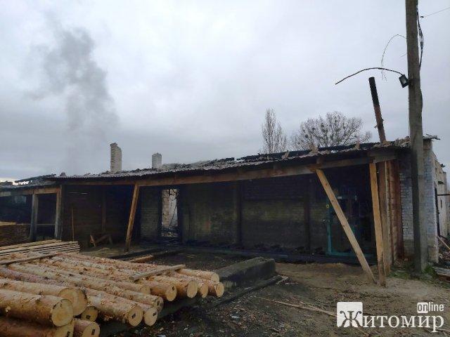 В Овручі горіло деревообробне підприємство. ФОТО