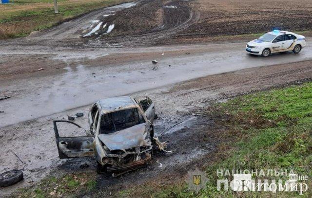 Поліція взялася розслідувати ДТП, де на трасі в Житомирській області загорівся легковик. ФОТО