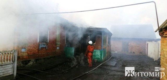 У селі на Житомирщині під час пожежі господар отримав опіки: чоловіка госпіталізували. ФОТО