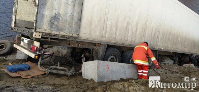 Біля Житомира близько 8 годин рятувальники витягували з водойми вантажівку. ФОТО