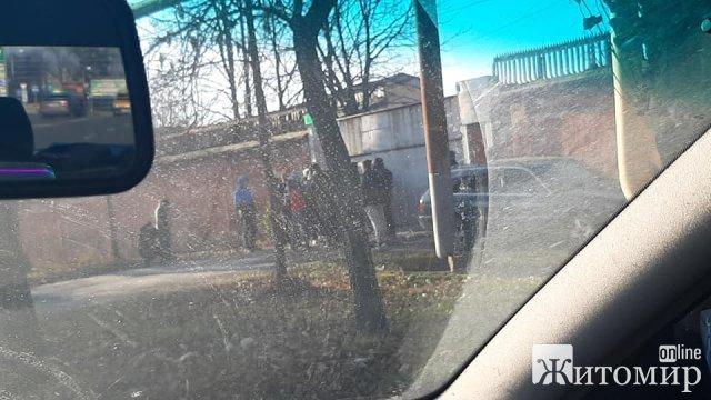 """У Коростені біля колишнього """"Фарфорового заводу"""" зібралися """"тітушки"""", встановили """"наметове містечко"""". ФОТО"""