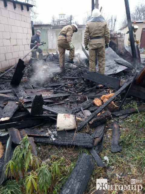 У Житомирі на території одного з гаражних кооперативів сталася пожежа: вогонь знищив автомобіль. ФОТО
