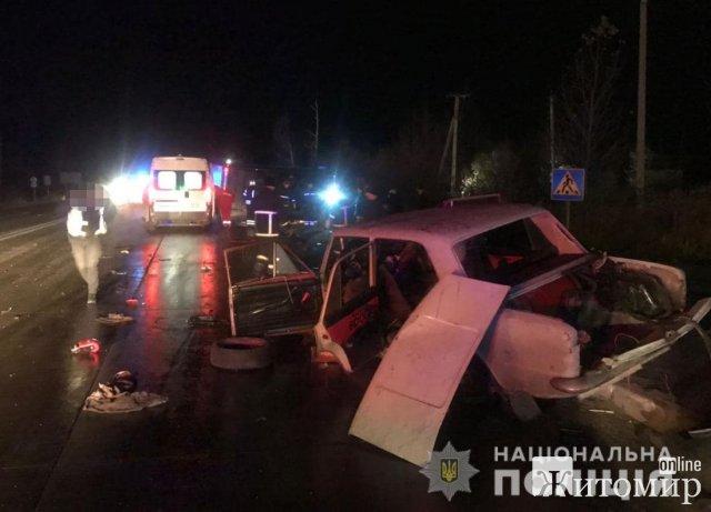 На виїзді з Коростеня вантажівка зіштовхнулась з ВАЗ та перекинулась, троє потерпілих. ФОТО