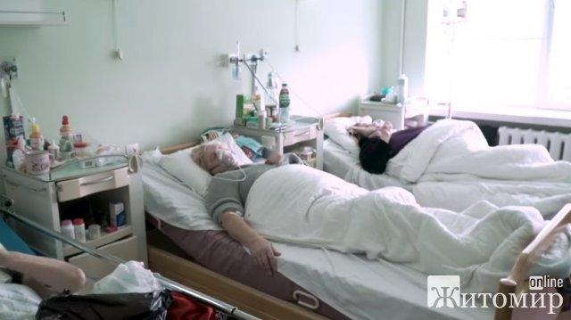 Ексклюзив із ковідної житомирської лікарні: реанімація киснем, заповнені ліжка та ШВЛ