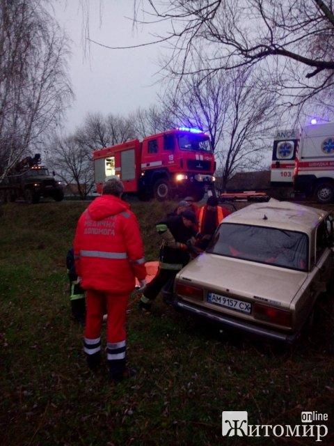 На Житомирщині після ДТП рятувальники допомогли водію вибратися з ВАЗ. ФОТО