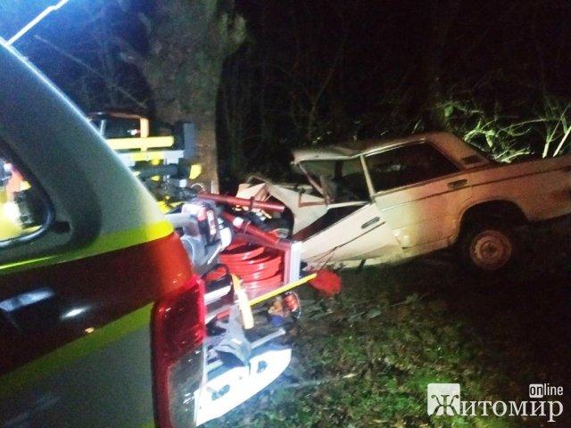 Біля Новограда-Волинського ВАЗ врізався в дерево, водій вилетів через лобове скло. ФОТО