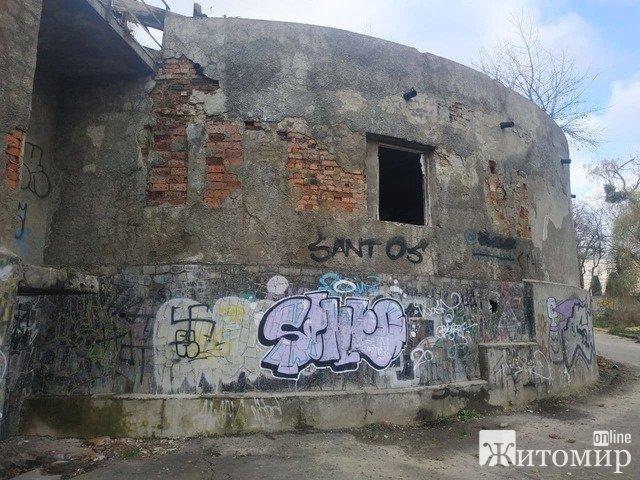 """Житомирська """"Клітка"""" у парку Гагаріна: яка її подальша доля? ФОТО"""