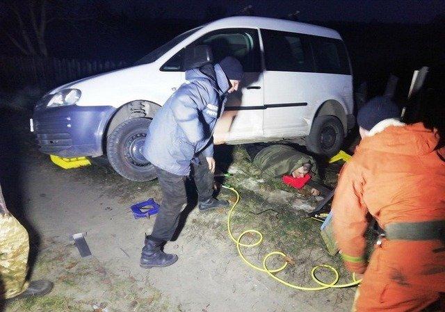 На Житомирщині рятувальники допомогли чоловіку, якого переїхав його власний автомобіль. ФОТО