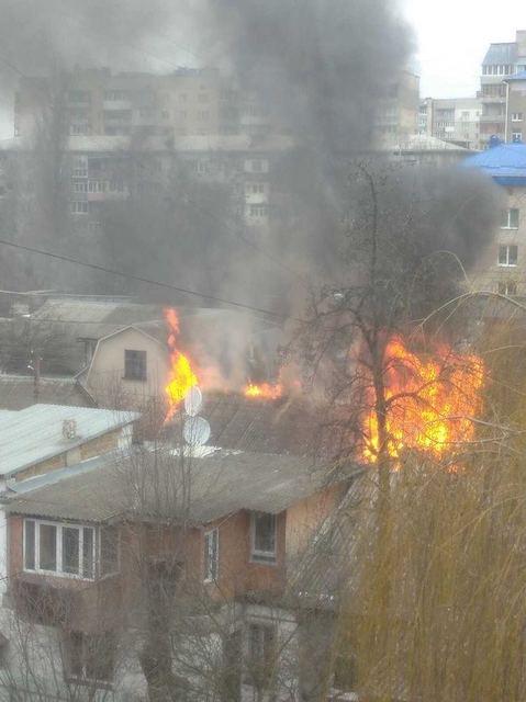 У центрі Житомира горить будинок. ФОТО
