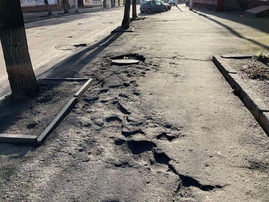 Тротуари в Житомирі - жахливе видовище: баюри, вибоїни, калюжі