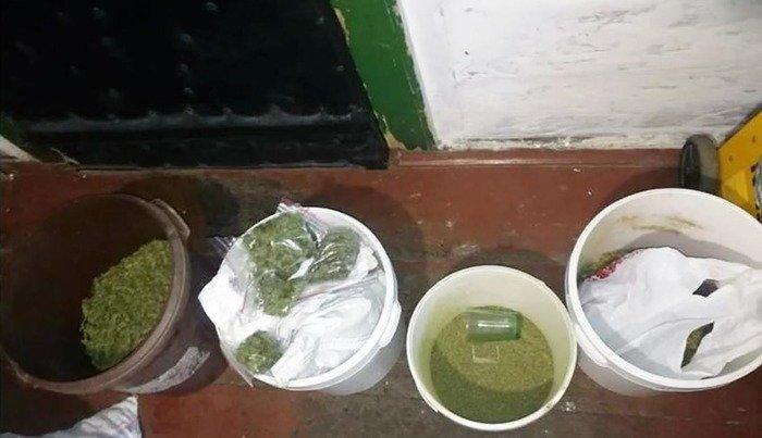 На Житомирщині чоловік погрожував дружині вбивством, поліція виявила в нього зброю та наркотики. ФОТО