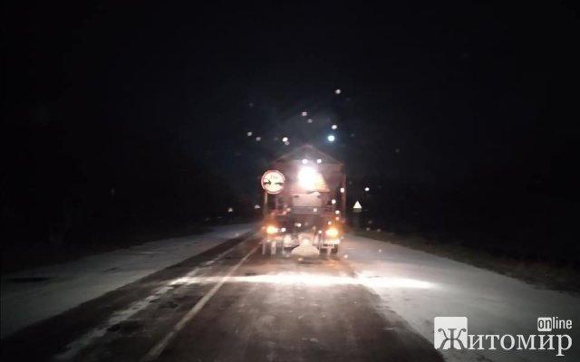 На дорогах Житомирщини працювала снігоприбиральна техніка. ФОТО