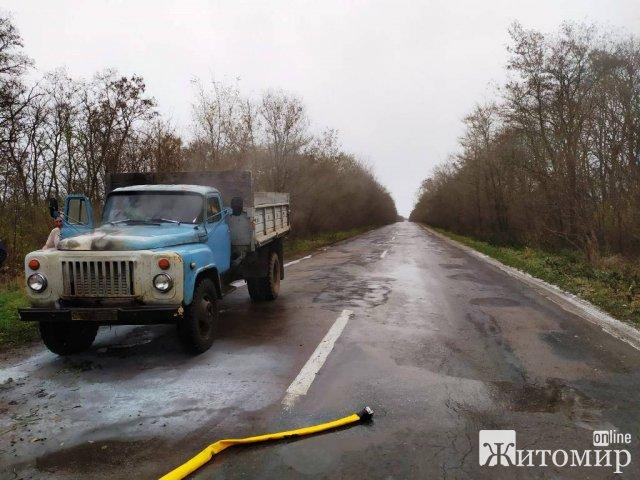 На дорозі в Житомирській області горів автомобіль ГАЗ. ФОТО