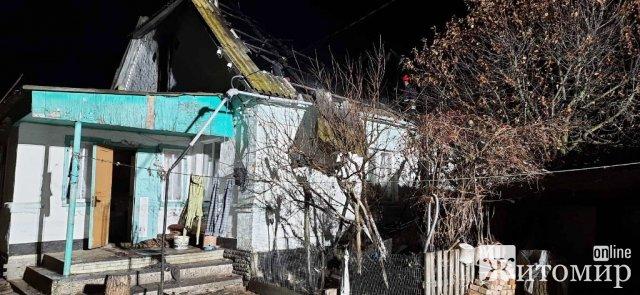 У селі на Житомирщині горів будинок, воду для гасіння довелось підвозити. ФОТО