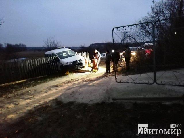 На Житомирщині автівка протягнула під кузовом чоловіка, який пішов відкривати ворота. ФОТО