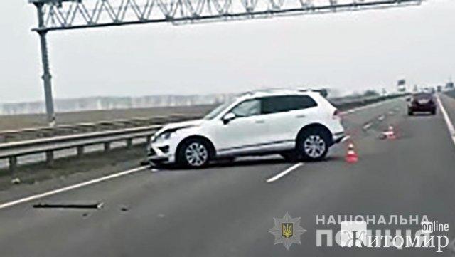 """На трасі в Житомирській області зіштовхнулись """"ИЖ"""", Skoda та Volkswagen: є потерпілий. ФОТО"""