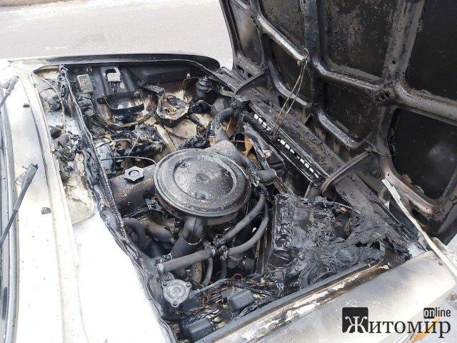 В Овручі під час руху загорілася машина. ФОТО