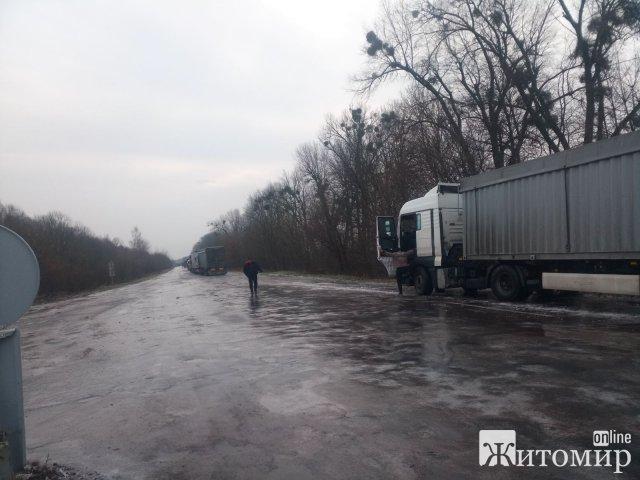 Через ожеледицю рятувальники Житомирської області відбуксирували 7 вантажівок. ФОТО