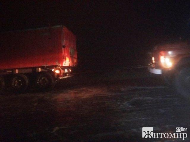 У селі на Житомирщині через негоду автобус з пасажирами занесло на узбіччі