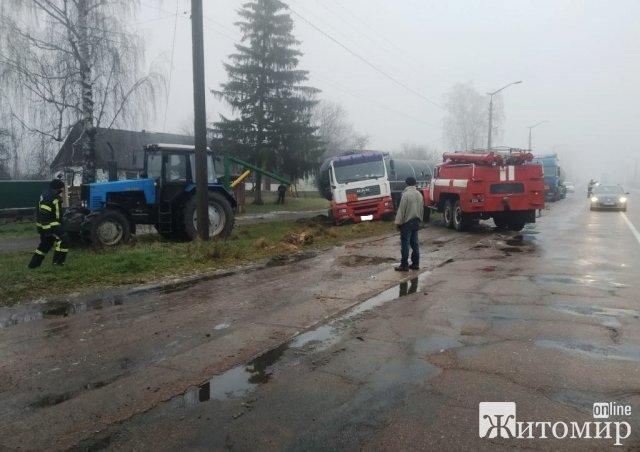 """У Хорошівському районі на слизькій дорозі """"занесло"""" фуру. ФОТО"""