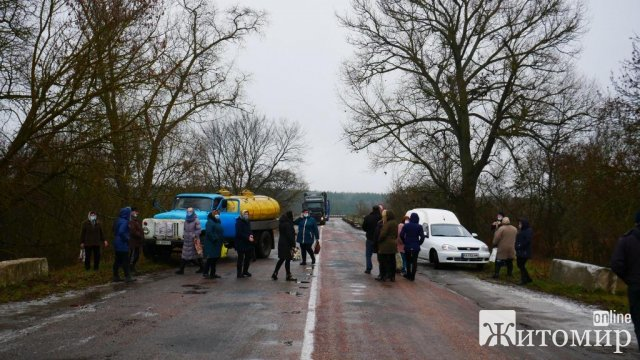 У селі на Житомирщині люди протестували, перекриваючи дорогу, проти нової старости. ФОТО