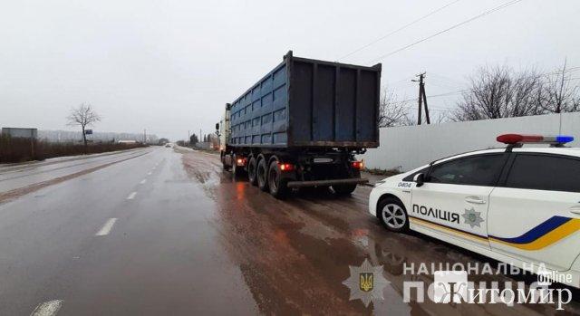Неподалік Житомира поліцейські зупинили DAF, в якому виявили гранітний пісок. ФОТО
