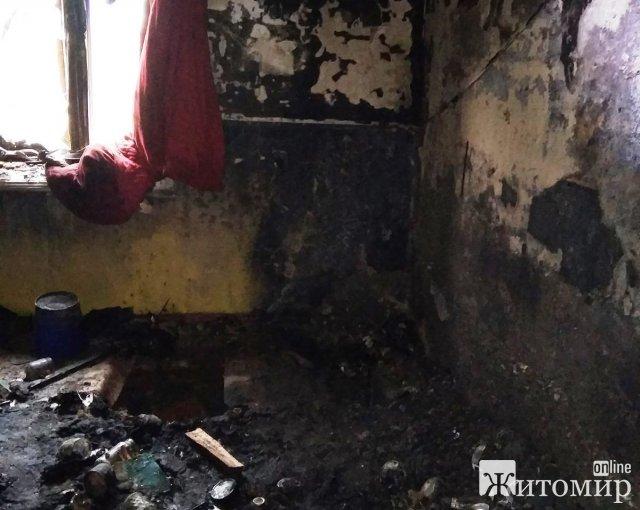На Житомирщині сталася пожежа у будинку, сусіди винесли на вулицю бабусю. ФОТО