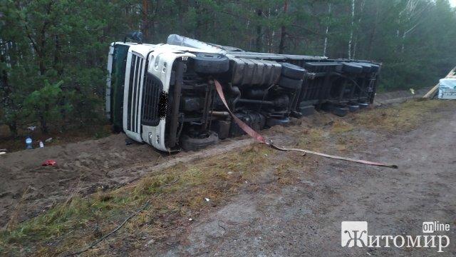На трасі в Житомирській області перекинулась вантажівка. ФОТО