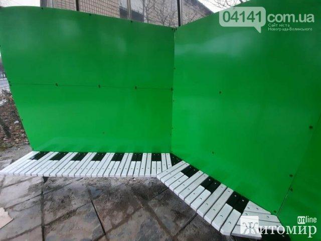 У Новограді-Волинському встановили креативну зупинку-парасольку. ФОТО