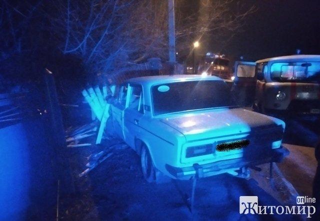В Андрушівці ВАЗ зіткнувся з камінним парканом. ФОТО