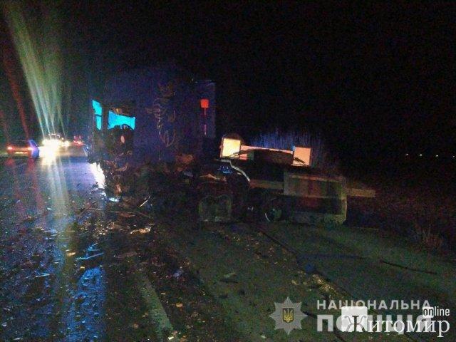 На трасі в Житомирській області іномарка зіштовхнулась з вантажівкою, загинула людина. ФОТО