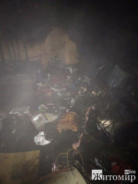 На Космонавтів у Житомирі сталася пожежа в гаражному кооперативі: горіла ГАЗелька. ФОТО