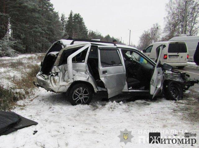 На дорозі Коростень-Житомир зіштовхнулись ВАЗ та бус. ФОТО