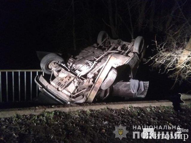 На Житомирщині 17-річний водій на ВАЗ врізався у відбійник, є потерпілий. ФОТО