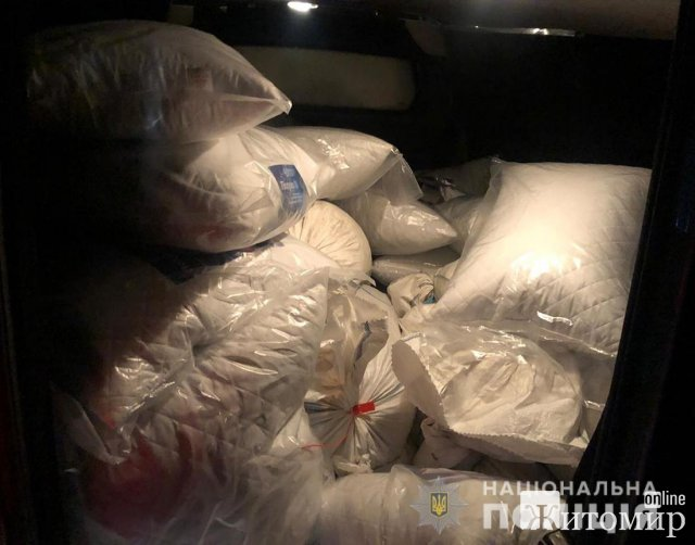 У Житомирській області поліцейські зупинили мікроавтобус з 700 кг бурштину