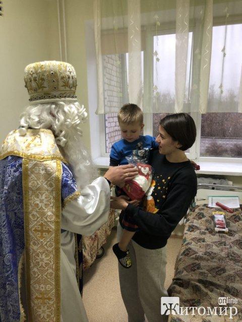 Як у житомирській лікарні діток вітали зі святами. ФОТО