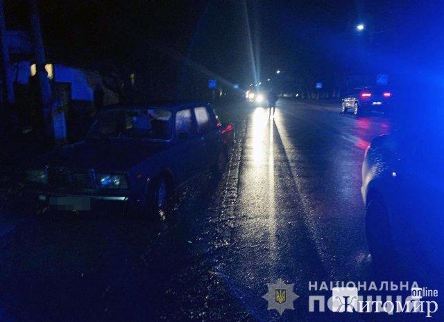 У райцентрі Житомирської області ВАЗ збив жінку, потерпілу госпіталізували. ФОТО