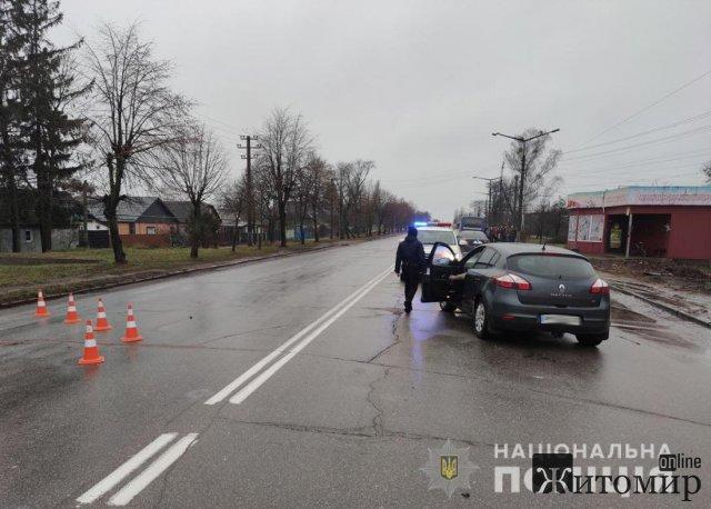 У Коростені водій на Renault збив жінку з хлопчиком, потерпіла померла. ФОТО
